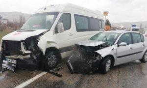 Afşin'de Minibüsle otomobil çarpıştı 3 kişi yaralandı