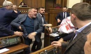 Parlamento içinde kimin yumruğu kimin yanağında