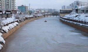 Kızılırmak'ta buz adacıkları oluştu