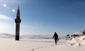 Caminin buz kütlesi üzerindeki minaresi ilgi çekiyor