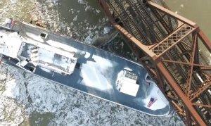 Gemiler, demiryolu köprüsüne çarptı