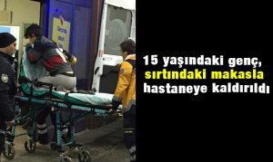 15 yaşındaki genç, sırtındaki makasla hastaneye kaldırıldı