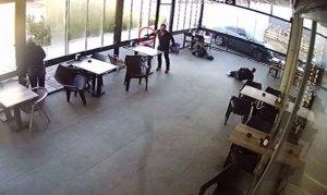 Kafede silahla dehşet saçtılar