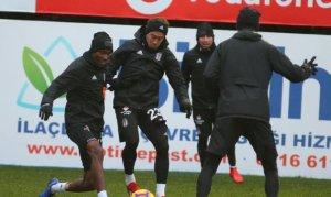 Beşiktaş, karla karışık yağmur altında çalıştı