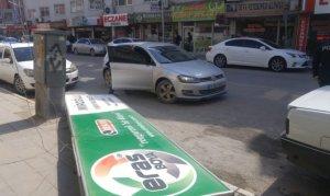Şiddetli rüzgar sokakları savaş alanına çevirdi