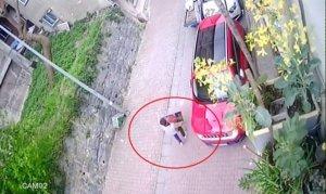 Hırsız, güpegündüz girdiği bir binadan kombi çaldı