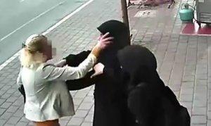 Başörtülü kızlara saldıran kadın gözaltına alındı