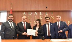 Göksun Belediye Başkanı Aydın, mazbatasını aldı