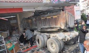 Elbistan'da freni boşalan kamyon kuaföre daldı!
