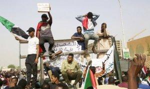 Sudan'da askeri konsey, eski hükümet üyelerini tutukladı