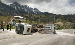 Kahramanmaraş'ta mıcır yüklü kamyon yan yattı