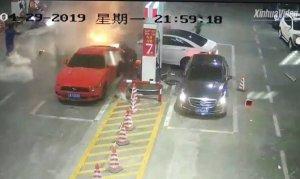 Kontrolden çıkan araç benzin istasyonuna daldı