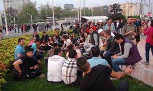 Taksim'de şarkı söylen İranlı turistler büyük ilgi gördü