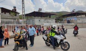 Pazarcık'ta motosiklet grubu 200 öğrenciye sürpriz yaptı