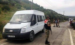 Kahramanmaraş'ta lastiği patlayan okul servisi elektrik direğine çarptı