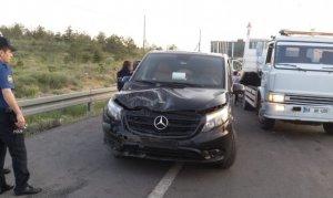 Otomobil tur minibüsüne çarptı: 4 yaralı