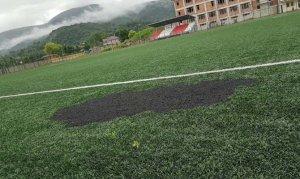 Futbol sahasındaki suni çimi yaktılar