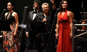 Zülfi LivaneliKuşadasında konser verdi