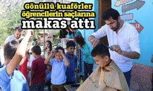 Gönüllü kuaförler öğrencilerin saçlarına makas attı