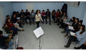 Sema öğretmen okulda öğrencilerini koroda yöre halkını müzikle buluşturuyor