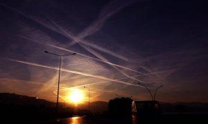 Uçak izleri ve güneş batışı görsel şölen oluşturdu