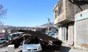Kahramanmaraş'ta evin çatısı araçların üzerine uçtu