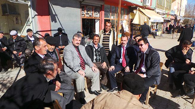 Hava güneşli insanlar seçim bürolarının önünde oturuyorlar