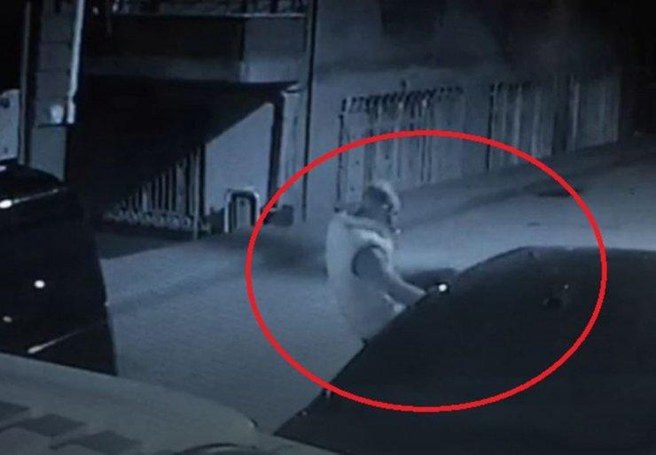 Terör estirdi: Tekme atıp, ateş açtı