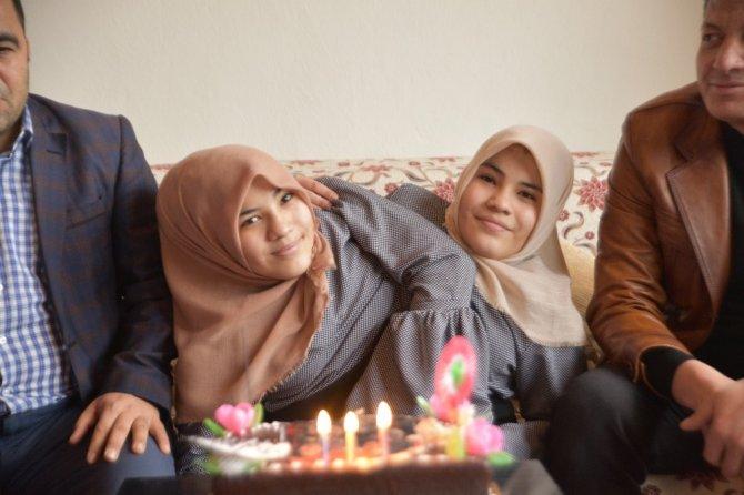 Türkoğlu'nda siyam ikizlerine sürpriz doğum günü düzenledi