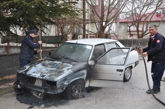 Elbistan'da seyir halindeyken otomobil yandı