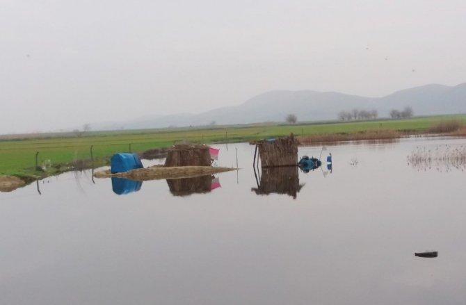 Türkoğlu ilçesindeki Gavur Gölü taştı araziler sular altında kaldı