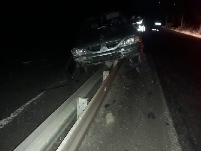 Kahramanmaraş'ta kontrolden çıkan otomobil refüje çarptı