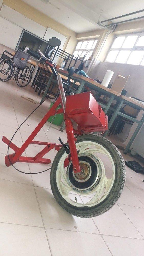 Elektrik enerjisi ile çalışan tekerlekli sandalye aparatı üretti