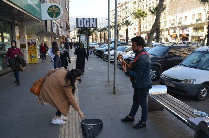 Kahramanmaraş'ta Sokak müziği yaparak harçlığını çıkarıyor