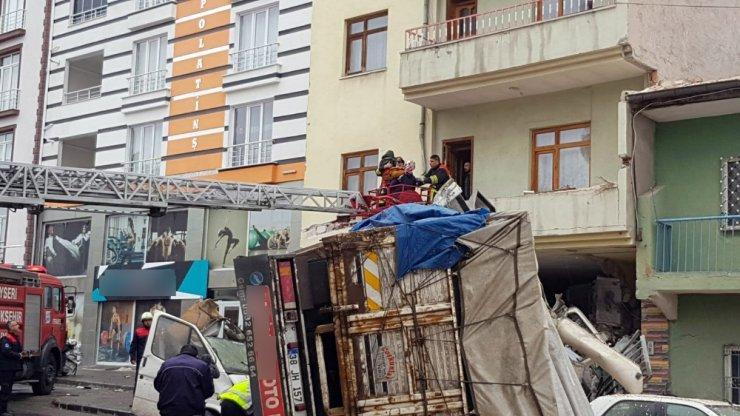 Çekirdek yüklü kamyon önce park halindeki 3 araca çarptı.