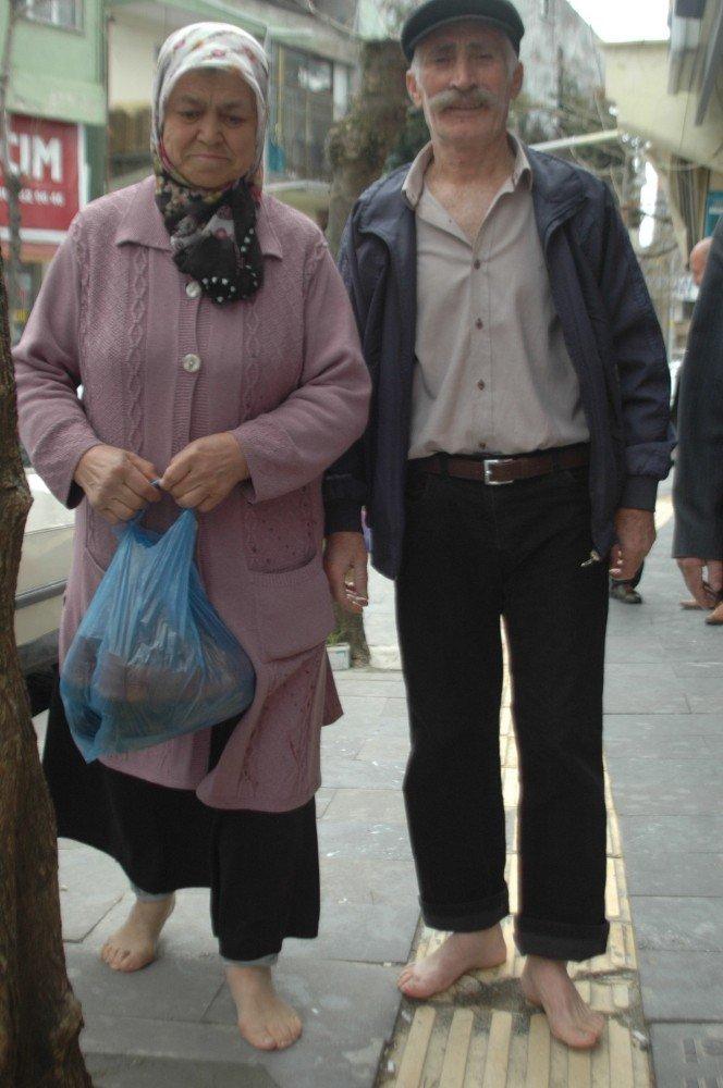 Andırın'da yaşlı çift sandık başına yalın ayak gitti