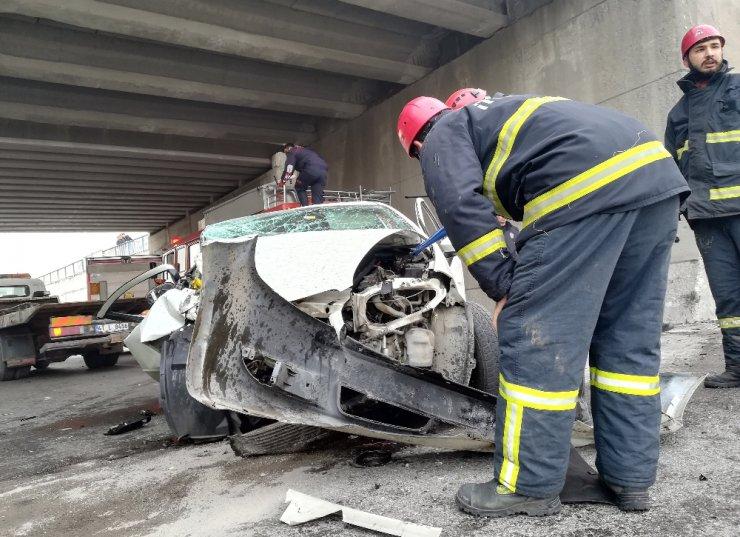 Kontrolden çıkan otomobil önce araca, sonra duvara çarptı