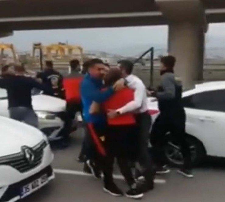 Futbolcu ile taraftarlar birbirine girdi