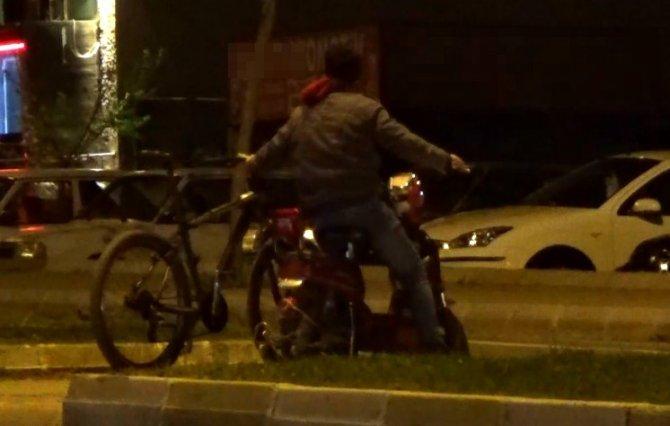 İki bisikleti aynı anda kullandı görenleri hayrete düşürdü