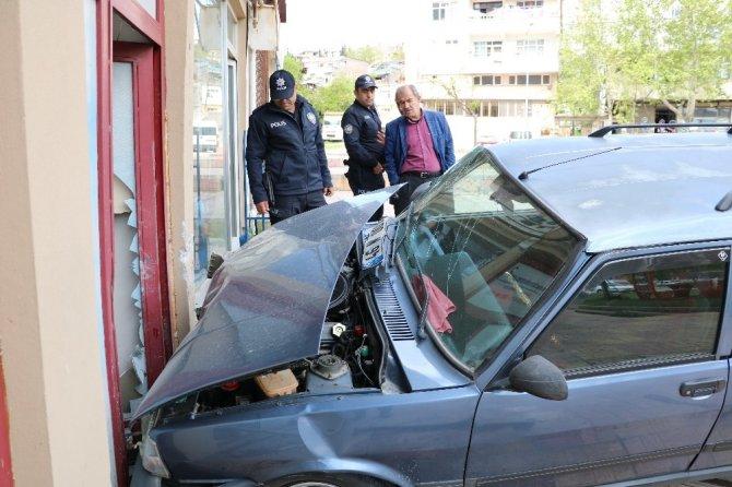 Kahramanmaraş'ta otomobil haber sitesine girdi!