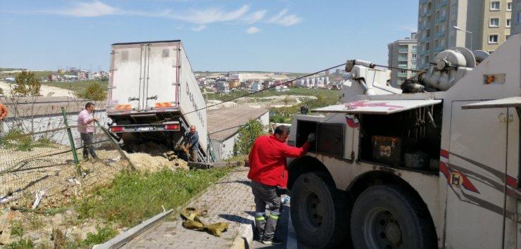 11 tonluk kamyon 200 metre sürüklenip boşluğa uçtu
