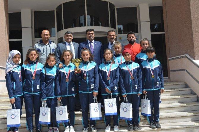 Kahramanmaraş'ta Yıldız Kızlar kupalarıyla gururlandırdılar