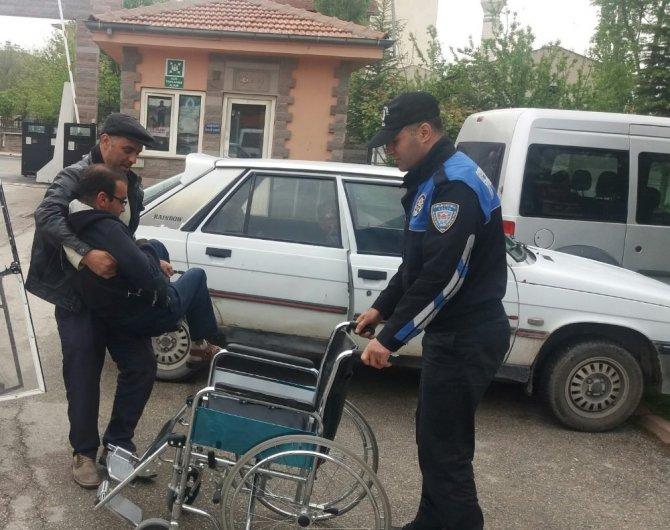 Elbistan'da polis engelli vatandaşa tekerlekli sandalye hediyesi etti