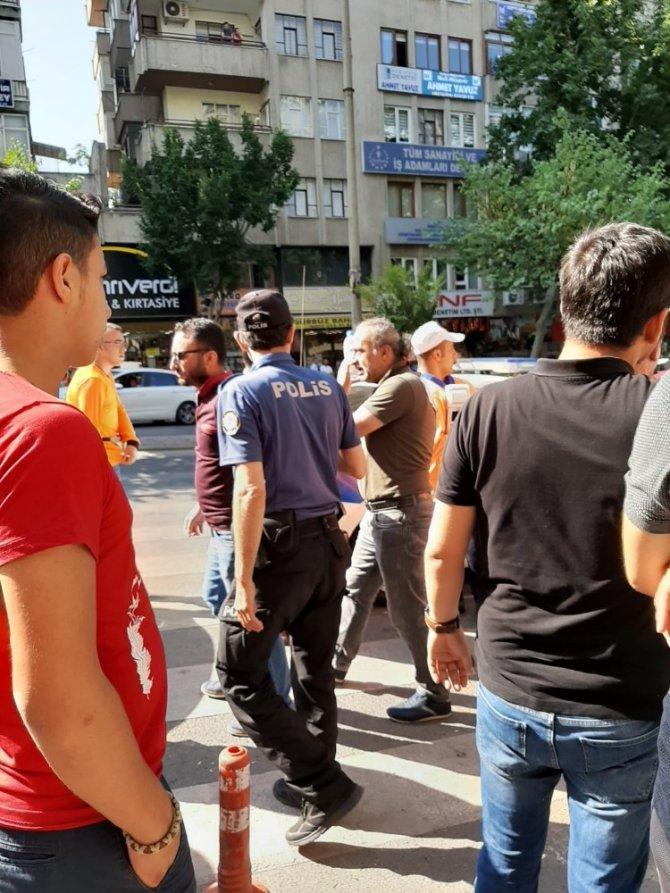Parkomat görevlisiyle sivil polis memuru arasında kavga çıktı