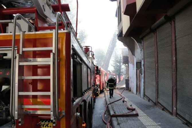 Kahramanmaraş'ta 3 ahşap bina yangında kül oldu