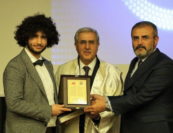 KSÜ'de Arda'ya onur ödülünü Mahir Ünal verdi