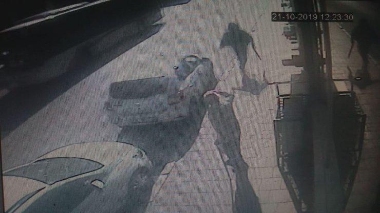 Üvey kardeşini berber koltuğunda vurdu