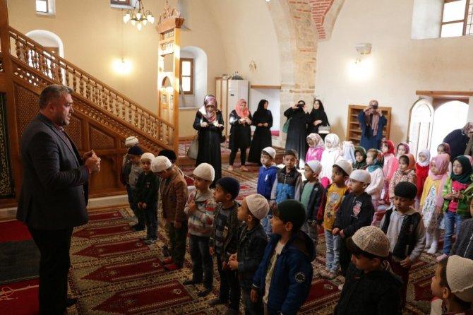 Çocuklardan minaresinde 100 yıllık patlamamış top mermisi bulunan camiye ziyaret