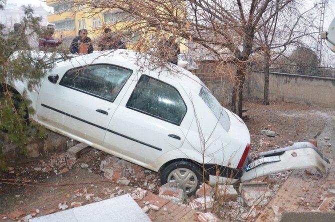 Otomobil apartmanın bahçe duvarından düştü