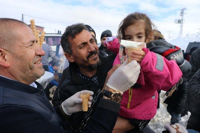 Vatandaşlar kar kış demedi dondurma kuyruğuna girdi
